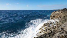 Ωκεάνιος παφλασμός κυμάτων στο σκόπελο απόθεμα βίντεο