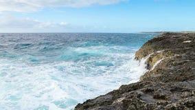 Ωκεάνιος παφλασμός κυμάτων στο σκόπελο φιλμ μικρού μήκους
