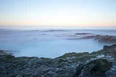 Ωκεάνιος σκόπελος της Misty Στοκ εικόνες με δικαίωμα ελεύθερης χρήσης