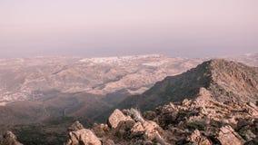 Ωκεάνιο δέντρο ήλιων βράχων ομίχλης βουνών Στοκ φωτογραφία με δικαίωμα ελεύθερης χρήσης