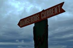 Ωκεάνιο επικίνδυνο ρεύμα προειδοποιητικών σημαδιών στοκ φωτογραφίες με δικαίωμα ελεύθερης χρήσης