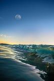 Ωκεάνιο κυματίζοντας νερό μετά από το ηλιοβασίλεμα Στοκ Φωτογραφία