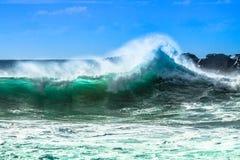 Ωκεάνιο κύμα με τον ψεκασμό στοκ φωτογραφία