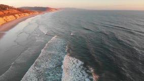 Ωκεάνιο κύμα που κυλά μέσα από την ακτή Καλιφόρνιας φιλμ μικρού μήκους