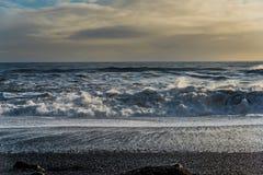 Ωκεάνιο κύμα σε Reynisfjara ή τη μαύρη παραλία άμμου Στοκ Εικόνες