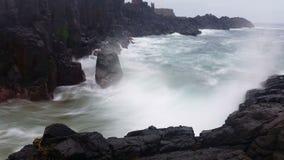 Ωκεάνιο ονειροπόλο Seascape βράχων κυμάτων φιλμ μικρού μήκους