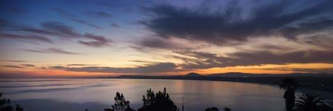 Ωκεάνιο πανόραμα ακτών με το νερό και τον ουρανό ηλιοβασιλέματος στοκ φωτογραφία
