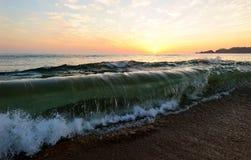 Ωκεάνιο σπάσιμο κυμάτων ηλιοβασιλέματος Στοκ Εικόνες