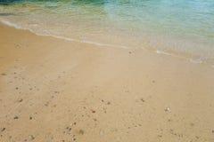 Ωκεάνιο σπάσιμο κυμάτων θαμπάδων στην αμμώδη παραλία κατά τη διάρκεια του ηλιοβασιλέματος Στοκ Φωτογραφίες