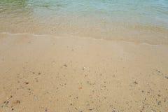 Ωκεάνιο σπάσιμο κυμάτων θαμπάδων στην αμμώδη παραλία κατά τη διάρκεια του ηλιοβασιλέματος Backgr Στοκ εικόνα με δικαίωμα ελεύθερης χρήσης