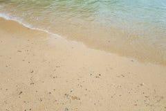 Ωκεάνιο σπάσιμο κυμάτων θαμπάδων στην αμμώδη παραλία κατά τη διάρκεια του ηλιοβασιλέματος Backgr Στοκ φωτογραφία με δικαίωμα ελεύθερης χρήσης