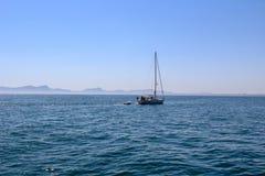 Ωκεάνιο τοπίο της Misty με τη βάρκα γιοτ Στοκ φωτογραφίες με δικαίωμα ελεύθερης χρήσης