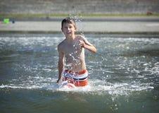 ωκεάνιο τρέξιμο αγοριών Στοκ φωτογραφία με δικαίωμα ελεύθερης χρήσης