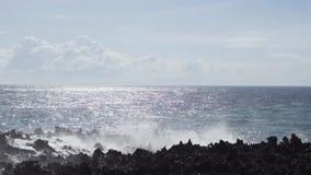 Ωκεάνιο geyser, παφλασμοί νερού, αιχμηροί βράχοι απόθεμα βίντεο