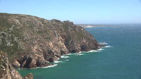 Ωκεανός ή θάλασσα και παράκτιοι απότομοι βράχοι φιλμ μικρού μήκους