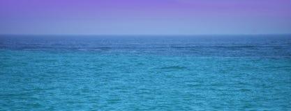 Ωκεανός ή θάλασσα με το μπλε ουρανό Στοκ Εικόνες