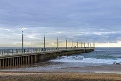 Ωκεανός ακρών πιτών παραλιών πρωινού ενάντια στο νεφελώδη ορίζοντα Στοκ φωτογραφία με δικαίωμα ελεύθερης χρήσης
