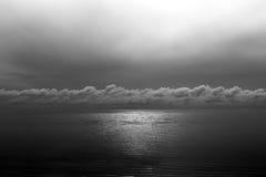 Ωκεανός αντανάκλασης ήλιων που αστράφτει με το σύννεφο που τονίζεται στο Μαύρο και wh Στοκ Φωτογραφία