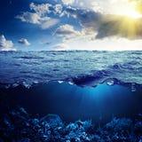 Ωκεανός ανωτέρω και κατωτέρω Στοκ εικόνα με δικαίωμα ελεύθερης χρήσης