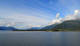 Ωκεανός, βουνά και ουρανός Στοκ φωτογραφία με δικαίωμα ελεύθερης χρήσης