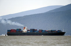 ωκεανός δια το σκάφος Στοκ φωτογραφία με δικαίωμα ελεύθερης χρήσης