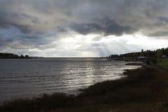 Ωκεανός και ακτίνες από τον ουρανό Στοκ Εικόνες