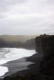 Ωκεανός μπροστά από τους μαύρους απότομους βράχους στοκ φωτογραφίες με δικαίωμα ελεύθερης χρήσης