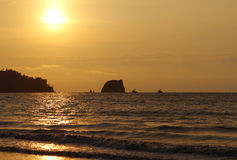 ωκεανός πέρα από το ειρηνι&kap Seascape με τις βάρκες Στοκ εικόνα με δικαίωμα ελεύθερης χρήσης