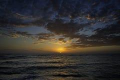 ωκεανός πέρα από το ηλιοβασίλεμα Στοκ φωτογραφίες με δικαίωμα ελεύθερης χρήσης