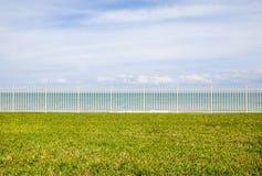 Ωκεανός πίσω από το φράκτη Στοκ Φωτογραφίες