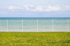 Ωκεανός πίσω από το φράκτη Στοκ εικόνα με δικαίωμα ελεύθερης χρήσης