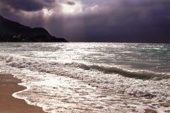 Ωκεανός πριν από τη θύελλα με όμορφο πορφυρό εκφραστικό seascape ουρανού Στοκ Φωτογραφίες
