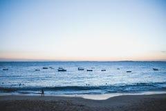 Ωκεανός στο Σαλβαδόρ, τη Βραζιλία και κάποια αλιεία βαρκών Στοκ Εικόνες