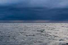 Ωκεανός στο σούρουπο Στοκ Φωτογραφίες