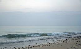 ωκεανός Τρέχοντας κύματα κυματωγών στην παραλία Νωρίς το πρωί λεπτά πριν από την ανατολή Στοκ εικόνα με δικαίωμα ελεύθερης χρήσης