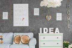Δωμάτιο με τον γκρίζο στόκο τοίχων Στοκ εικόνες με δικαίωμα ελεύθερης χρήσης