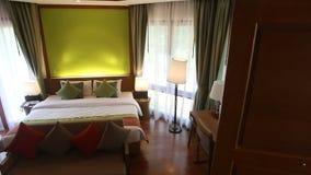 δωμάτιο ξενοδοχείου διπλών κρεβατιών με τα παράθυρα στις κουρτίνες απόθεμα βίντεο