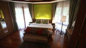 δωμάτιο ξενοδοχείου με το ξύλινο ανώτατο όριο απόθεμα βίντεο