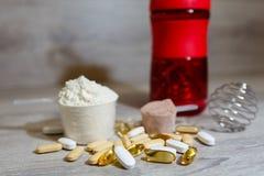 Ωμέγα 3 ταμπλέτες και κάψες, carnitine, κρεατίνη, παχιοί καυστήρες, ενισχυτής BCAA ή τεστοστερόνης Αθλητικά ιατρικά βιταμίνες και στοκ εικόνες με δικαίωμα ελεύθερης χρήσης