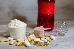 Ωμέγα 3 ταμπλέτες και κάψες, carnitine, κρεατίνη, παχιοί καυστήρες, ενισχυτής BCAA ή τεστοστερόνης Αθλητικά ιατρικά βιταμίνες και στοκ εικόνες