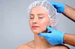 ωριμάστε πέρα από τη λευκή γυναίκα πλαστικής χειρουργικής Γυναίκα με τις γραμμές διατρήσεων στο πρόσωπο Ανελκυστήρας επεξεργασίας Στοκ φωτογραφία με δικαίωμα ελεύθερης χρήσης