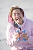 Ωριμάστε την άσκηση γυναικών με τα βάρη χεριών υπαίθρια Στοκ φωτογραφία με δικαίωμα ελεύθερης χρήσης