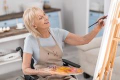 Ωριμάστε τη με ειδικές ανάγκες γυναίκα που αναπτύσσει το ταλέντο της Στοκ εικόνα με δικαίωμα ελεύθερης χρήσης