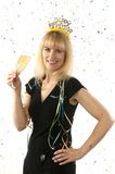 Ωριμάστε τον αρκετά ξανθό εορτασμό γυναικών με ένα ποτήρι της σαμπάνιας στη Παραμονή Πρωτοχρονιάς στοκ εικόνα