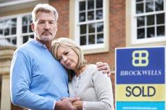 Ωριμάστε το ζεύγος που αναγκάζεται να πωλήσει το σπίτι μέσω των οικονομικών προβλημάτων στοκ εικόνα με δικαίωμα ελεύθερης χρήσης