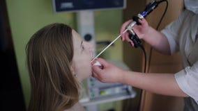 ΩΤΟΡΙΝΟΛΑΡΥΓΓΟΛΟΓΙΚΗ ασθένεια ασθενών θεραπείας παθολόγων, ωτολαρυγγολογία γιατρών στο ιατρικό κέντρο απόθεμα βίντεο