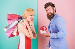 Όλα θέλει Ζεύγος με τις τσάντες πολυτέλειας στη λεωφόρο αγορών Το ζεύγος απολαμβάνει Γενειοφόρο κιβώτιο δώρων λαβής hipster ατόμω στοκ φωτογραφία