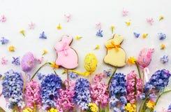 2 όλα τα αυγά Πάσχας έννοιας νεοσσών κάδων ανθίζουν τη χλόη χρωμάτισαν τις τοποθετημένες νεολαίες Στοκ φωτογραφίες με δικαίωμα ελεύθερης χρήσης