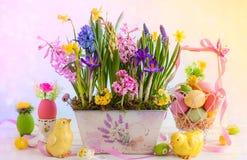 2 όλα τα αυγά Πάσχας έννοιας νεοσσών κάδων ανθίζουν τη χλόη χρωμάτισαν τις τοποθετημένες νεολαίες Στοκ Φωτογραφίες
