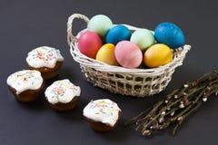 2 όλα τα αυγά Πάσχας έννοιας νεοσσών κάδων ανθίζουν τη χλόη χρωμάτισαν τις τοποθετημένες νεολαίες Τα πολύχρωμα αυγά Πάσχας στο κα Στοκ Εικόνες